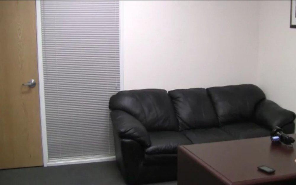 Порно кастенг на коженом диване