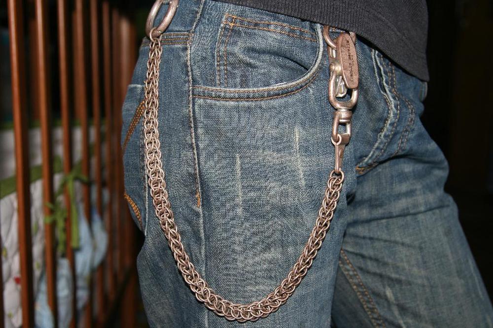 Для чего носит цепи на джинсах