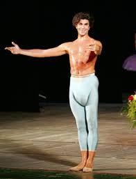 Задницы балерин в одежде