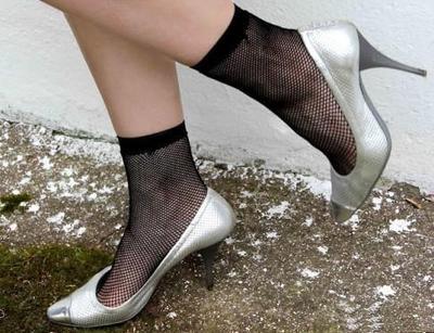 Женщина заставляет ноги в белых носках