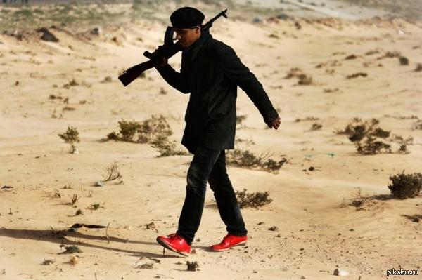 """Форма одежды """"пустынная"""". Повстанец, недалеко от города Адждабия, Ливия.  У них это в геноме зашито ?"""
