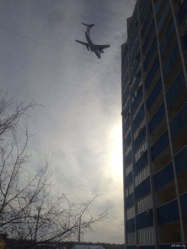 В честь 25-летия вывода войск из Афганистана над Оренбургом на низкой высоте летал военно-транспортный ИЛ-76. Устрашающее зрелище. Это было частью авиашоу, но большая часть населения была не осведомлена и страшно напугалась. В комментария еще фото и видео.