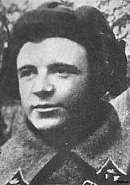 Это Дмитрий Лавриненко. Он уничтожил 7 танков в одиночку. Давайте поднимем его наверх, чтобы он разделался с этими танками.