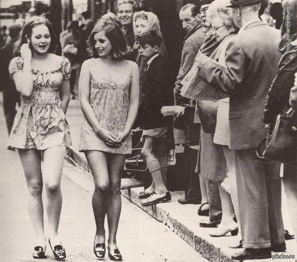 Две девушки, идущие по улице в Кейптауне в 1965 году