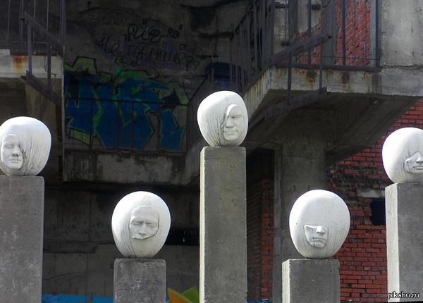 Скульптурная композиция в Кемерово. Был проездом в Кемерово. Интересный город. Такого количества памятников и скульптур раньше не видел.