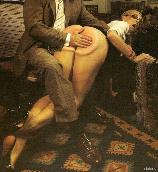 Фото парень шлепает по жопе девушку