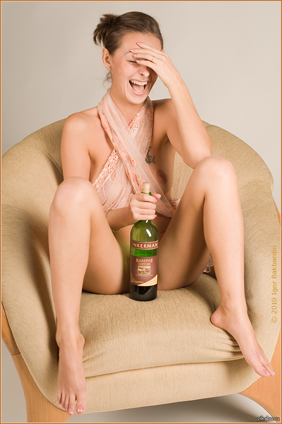 девушка играет с бутылочкой фото