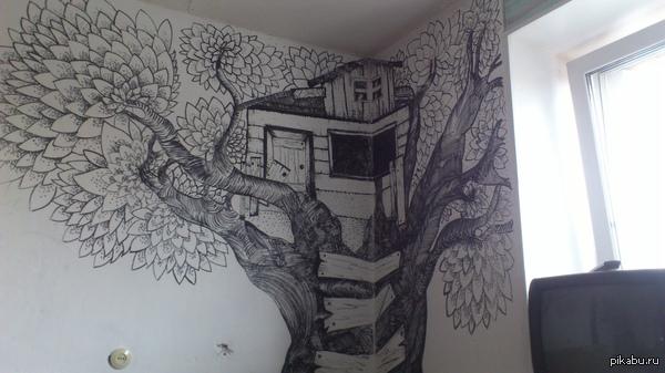 Домик на дереве Ходят слухи, что иногда в особо тёмную ночь можно в окне увидеть светящиеся глаза.  p.s.: как никак номер у моей квартиры 666
