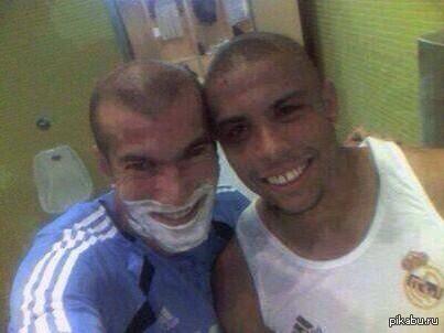 Зидан и Роналдо делали селфи задолго до того, как это стало мейнстримом Эту фотографию Зидан и Роналдо сделали почти 12 лет назад — практически сразу после перехода «Зубастика» в «Реал».