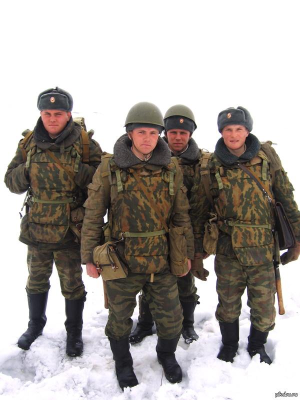 Передайте фото сделано 24 марта 2006 года. Наро-Фоминск Когда-то ездил на стрельбы в Наро-Фоминск, там и сфоткал этих бойцов может кто узнает своего друга или приятеля и передаст ему это фото, давно хотел это сделать