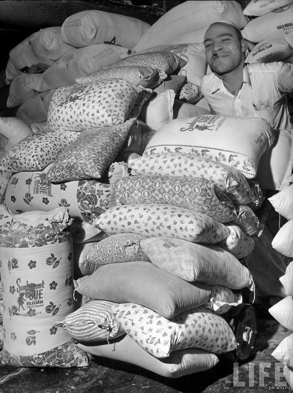 Женщины использовали мешки от муки чтобы сшить одежду для своих детей тогда мукомольные предприятия 30-х годов начали использовать цветные ткани для своих мешков