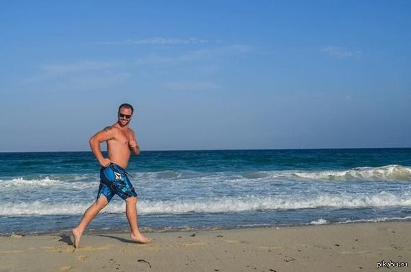 Я просто фотографировал пляж когда этот тип вбежал и испортил мне кадр. В нужный момент