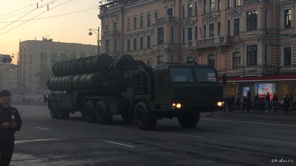 Репетиция парада победы в Москве вчера катались по тверской такие аппараты)