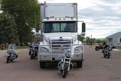 На этом фото все мотоциклы находятся в мёртвой зоне фуры и не видны ни в зеркала, ни через стекла кабины! Будьте внимательны, не торчите в мертвых зонах, на чем бы вы ни ехали!
