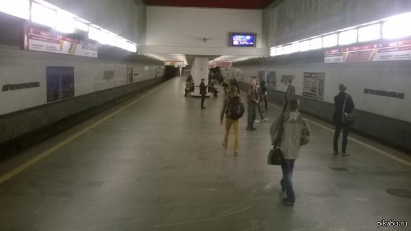 Минское метро, 19:20 Сегодня, в 19:20, я зашёл в метро:) Вот бы так в Москве, а? Станция метро Автозаводская