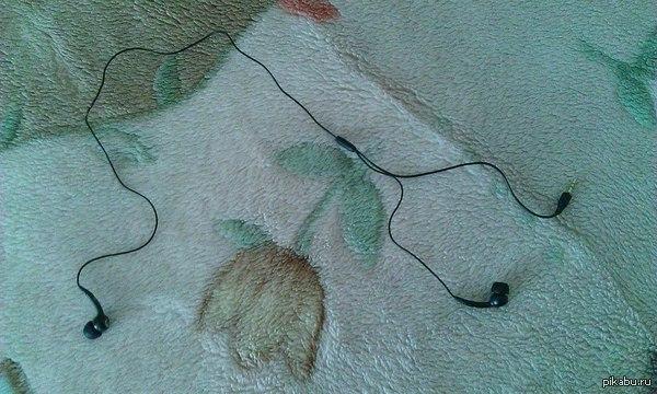 Вот такие наушники я нашел у себя в пристройке, когда убирался... Вернее, когда меня заставили убирать...