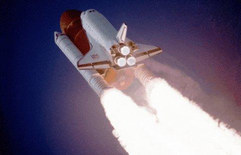 Взлёт шаттла. американский многоразовый транспортный космический корабль.