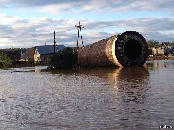 Во время наводнения на Алтае к посёлку Мало - Угренёво (Бийский район) притащило вот такую штуку. Это часть ступени от ракеты.