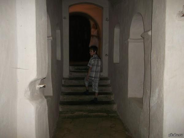 привидение? Мама с моим сыном были в Чернигове(сегодня приехали),там ходили в Антониевы пещеры.Оба утверждают,что больше там никого не было,но фото...  есть соображения?