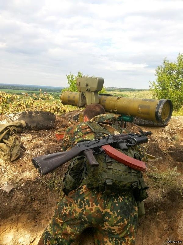 Ополченец на боевой позиции с противотанковым ракетным комплексом классифицируйте аппарат, кто разбирается, пожалуйста.