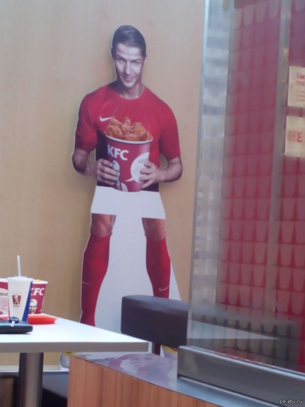 Вот такой вот красавчик ждал нас с парнем в KFC Коротконогий брат Роналду по шотландской линии