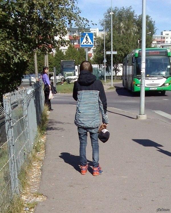 Эстония На улице 25 градусов, парень в зимней куртке