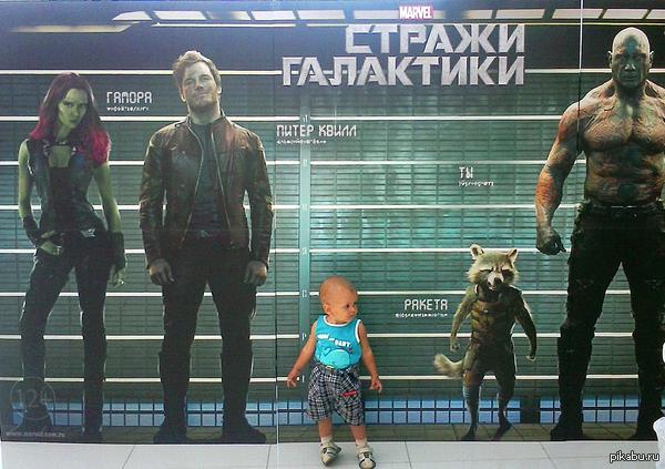 Не сразу понял, откуда взялся ещё один персонаж Снято у одного из кинотеатров Питера.