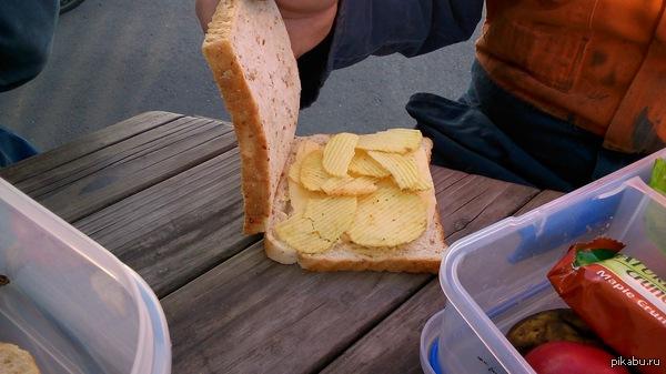 Чудо сендвич Это не постановка, именно такие бутеры точат в НЗ и Австралии. Сендвич с чипсами.