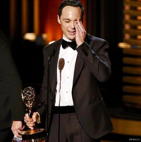 """Лучшим комедийным актером стал Джим Парсонс за роль Шелдона Купера в """"Теории большого взрыва"""".  И получил за это Эмми!!!"""