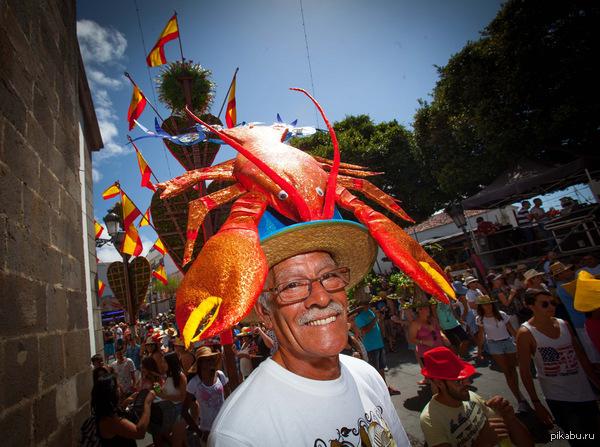 Фото дня. Мужчина в причудливой шляпе, на которой «расселся» огромный «лобстер» Принимает участие в празднике Verbena de la Pamela в городке Тихина на Канарском острове Тенерифе.