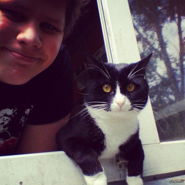 Так мой котик гуляет :) Каждый день он смотрит в окно по несколько часов, но сегодня он сел так как ему удобно.