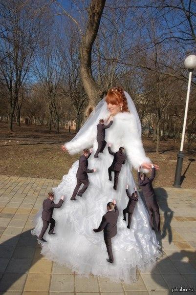 Шедевр свадебного фотошопа! А как аккуратно проработаны тени от женихов:)