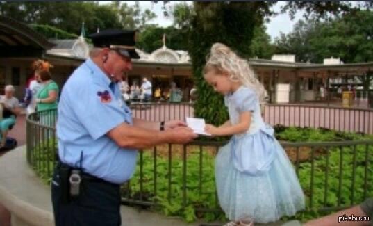 Милота)) Охранник в Диснейленде просит автограф у маленькой девочки, притворяясь, что принял ее за «принцессу».