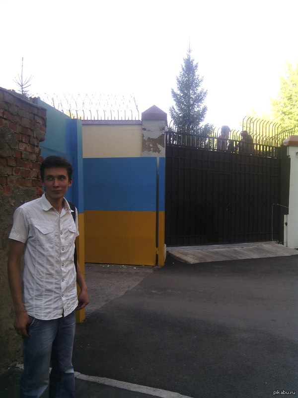 В Харькове укрепляют Посольство РФ Котлы со смолой уже готовы