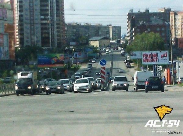 Что то тут не так Перекрёсток Каменской Магистрали и улицы Военной у «Ауры». Новосибирск
