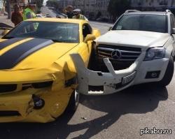 Постоянное противоборство Автоботов и Десептиконов. В центре Ростова столкнулись Сhevrolet Сamaro и внедорожник Mercedes.