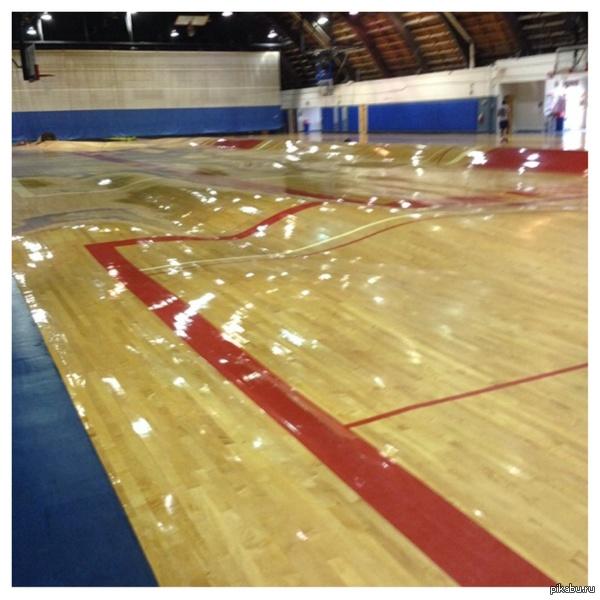 Что произошло с баскетбольной площадкой когда прорвало трубы