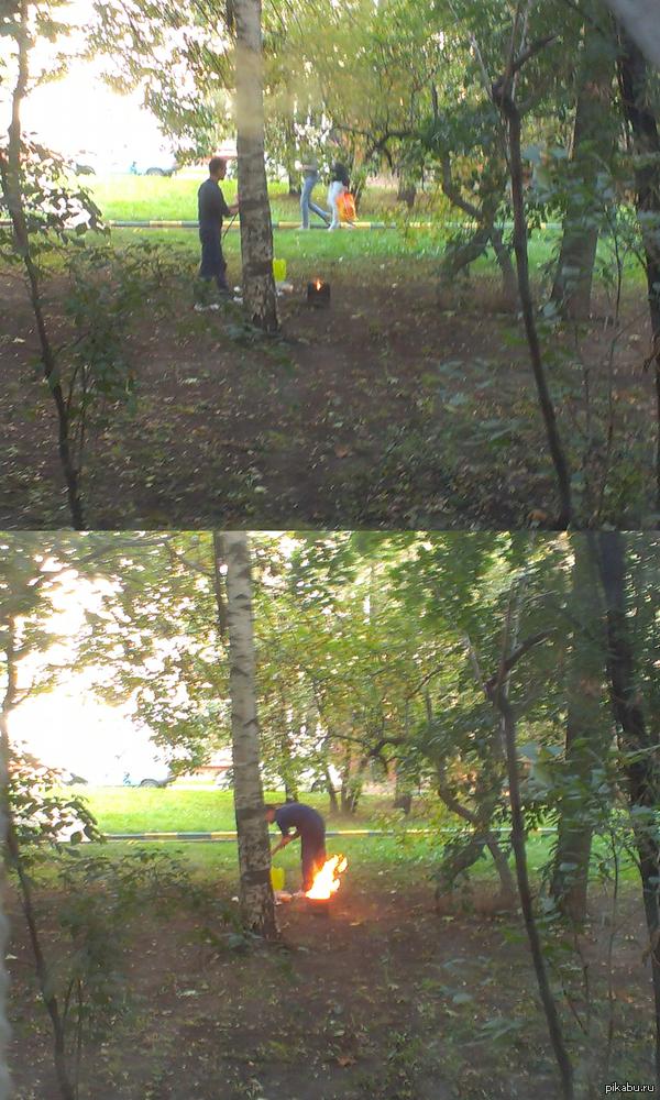 Чел жарит шашлык во дворе в Москве. Метро перово. Кто узнает место, с работы пойдете, помашите  =)