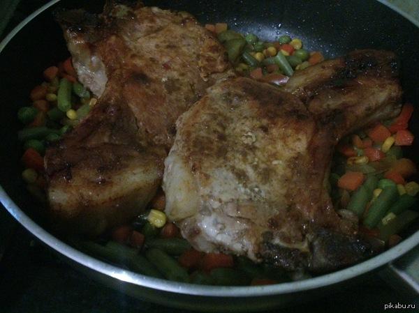 Пятничное моё. Свинной антрекот под коньком с овощами.