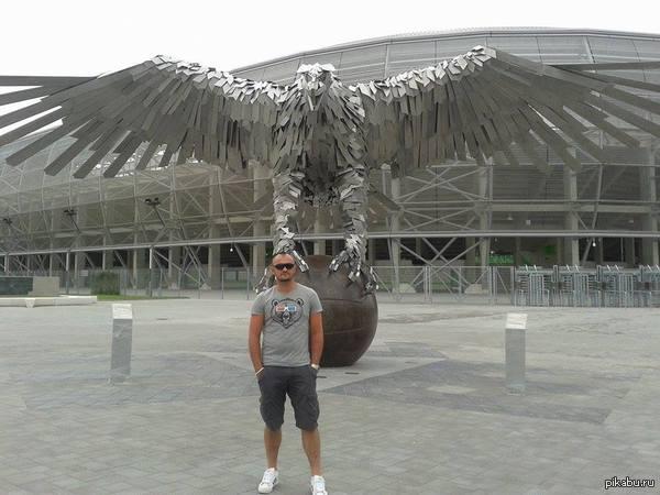Тоже о птичках.. Этот орел символ футбольной команды  Ференцварош в Будапеште, где я живу. Ну и собственно, я .