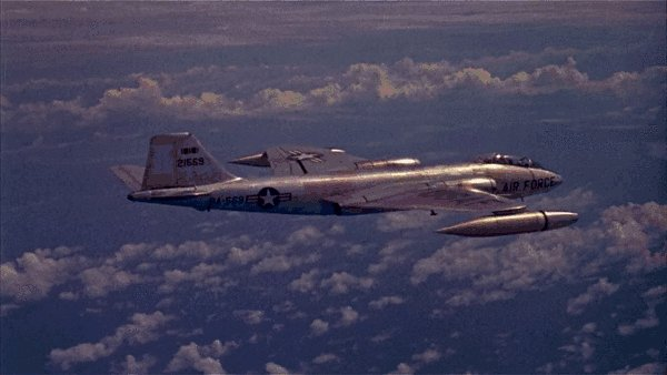 EB-57B наблюдает за испытаниями ядерного оружия Большая гифка