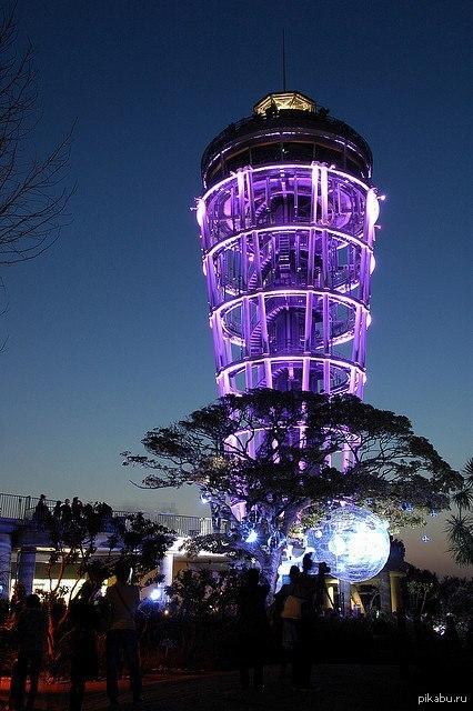 Маяк в Японии На острове Эношима стоит огромный маяк-обсерватория!  Маяк стоял очень давно, но 10 лет назад его превратили в чудо современного искусства.