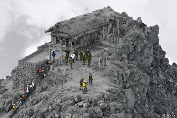 Спасатели в храме на вершине горы где на прошлой неделе извергался вулкан. Погибло по меньшей мере 51 человек - 13 до сих пор погребены под камнями и пеплом.