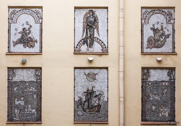 В одном из дворов Петербурга Никогда не знаешь, что ждёт тебя внутри  Находится на уровне второго этажа