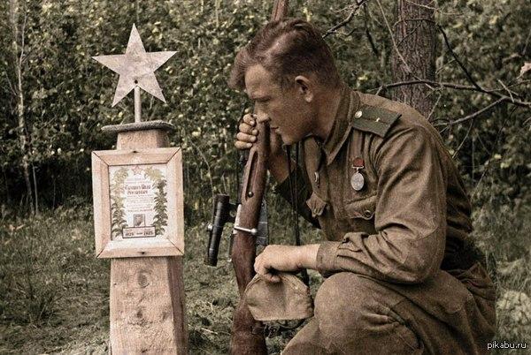 Советский солдат у могилы своего боевого товарища