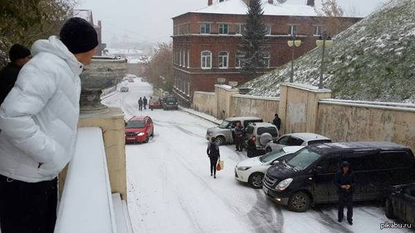 Собрание любителей летней резины в Томске сегодня утром на Октябрьском взвозе