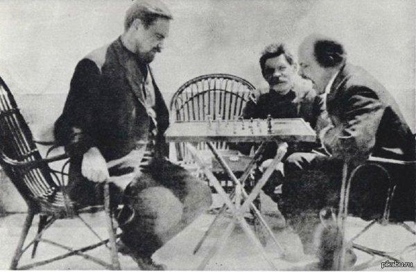 Ленин в гостях у Горького играет в шахматы с Богдановым. Капри. 1908 год.