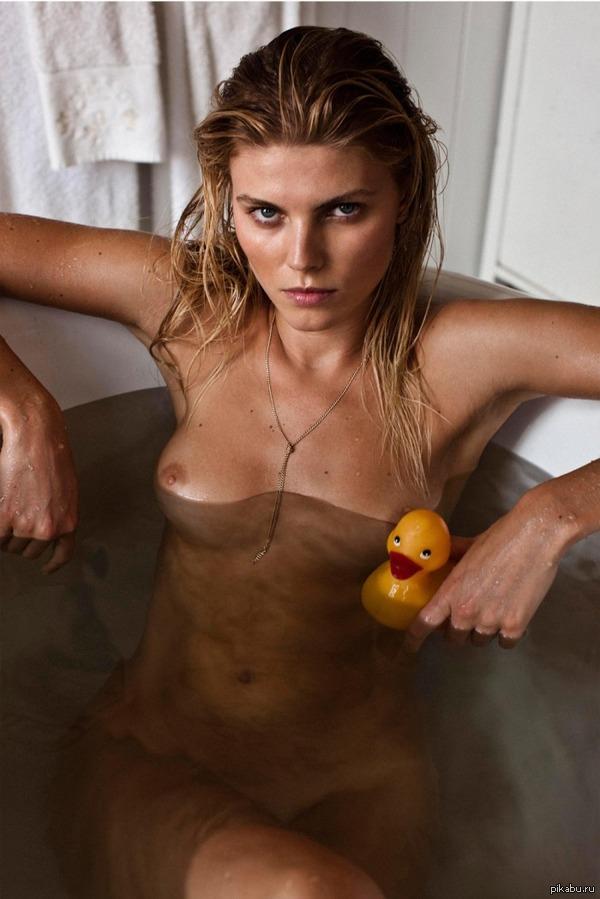 Принимает ванну с уточкой) Белорусская модель Марина Линчук