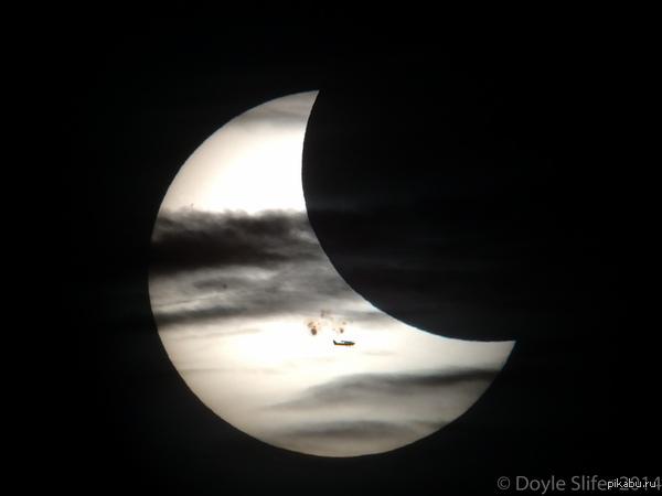 Затмение Фото сделано во время частного солнечного затмения 24 окт.Пятно (самое крупное за последние годы) чуть ниже центра имеет размер сопоставимый с размерами Юпитера