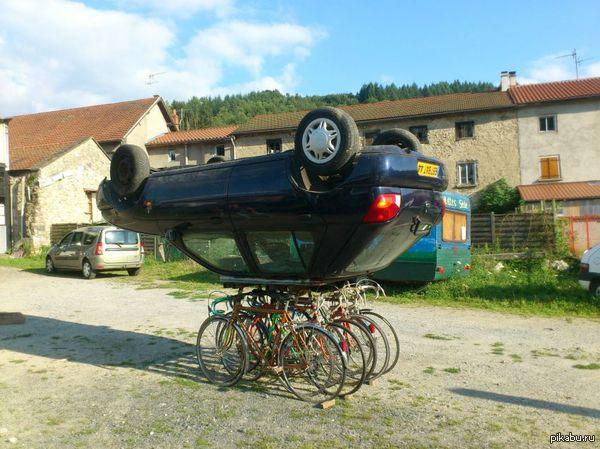 Лайф хак. Если парковочные места для машин заняты, можно ЛЕГКО препарковаться на велопарковке.